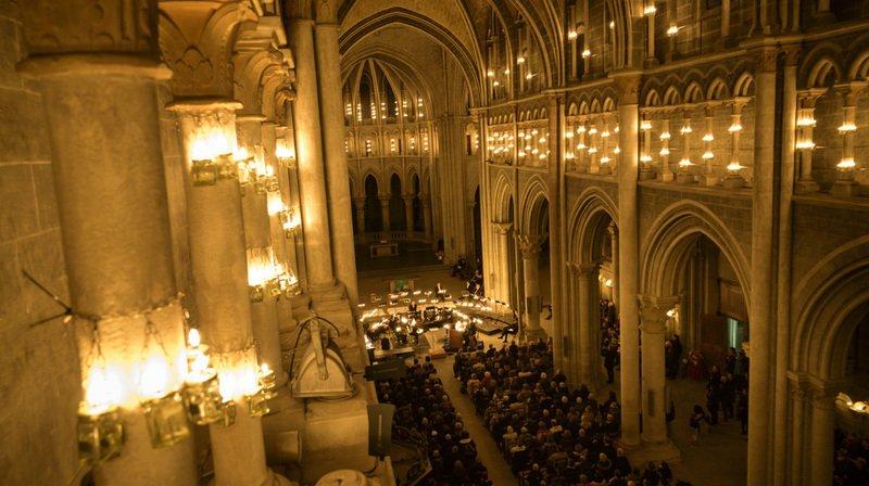 """Des milliers de bougies illuminent le spectacle du choeur """"Le Chant des Etoiles""""."""