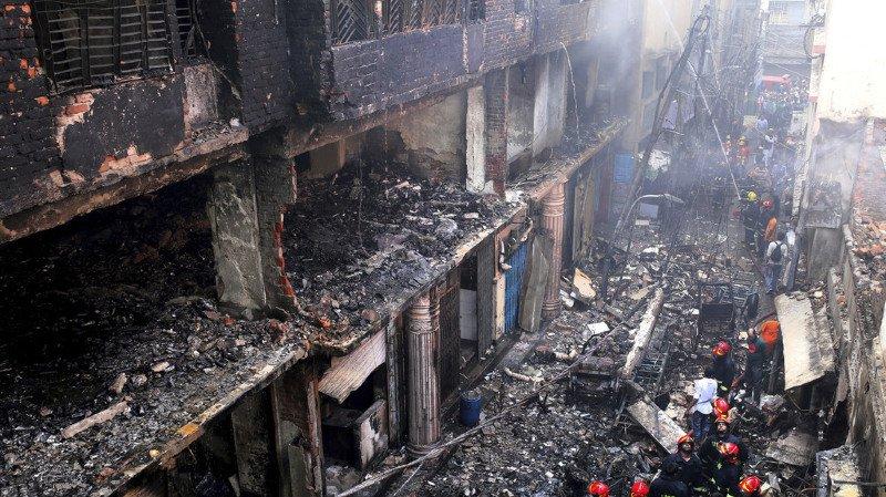 Près de 70 personnes sont mortes dans un incendie de la capitale du Bangladesh. Le bilan risque encore de s'alourdir.