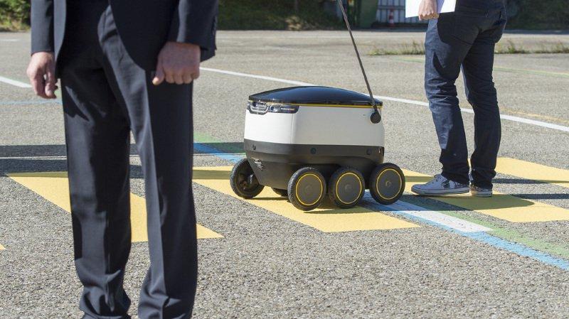 A l'origine La Poste espérait que ses robots à six roues pourraient livrer officiellement leurs premiers colis cette année.