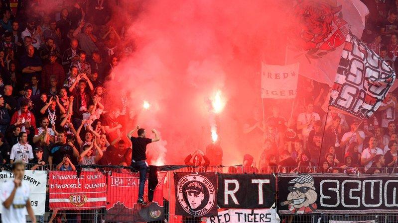 Les supporters sédunois allument des fumigenes lors du match de 1/16 de finale de Coupe de Suisse entre Xamax et Sion ce dimanche 18 septembre 2016.