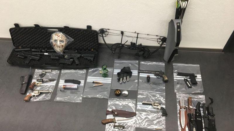 Parmi les armes interdites, un arc et des flèches, des couteaux et des pistolets soft air.