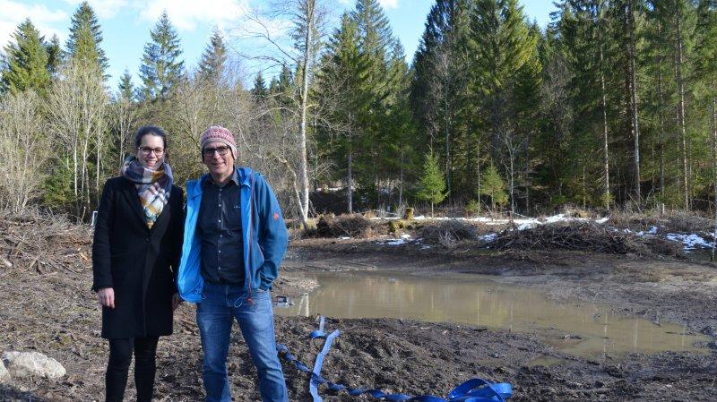 Odile Roulet et Matthias von Wyss, coordinatrice du projet et directeur de Goût et Région, devant le chantier de l'étang forestier de la Presta.