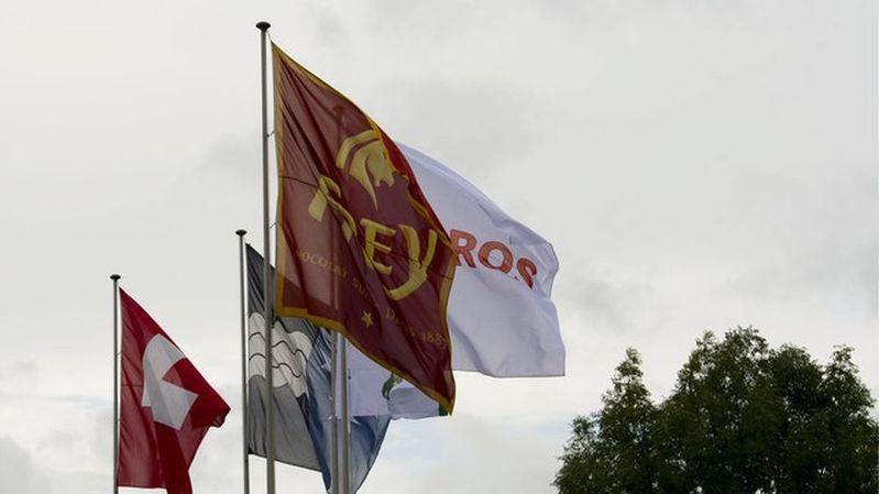 Le drapeau de la maison Frey, spécialisée dans le chocolat, flotte dans le ciel argovien.