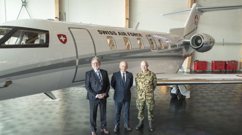 Ueli Maurer, entouré par Oskar J. Schwenk, président du conseil d'administration de Pilatus, et le divisionnaire Bernhard Müller, commandant des Forces aériennes suisses.