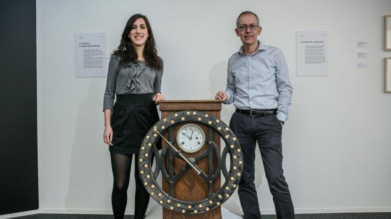 """Kelly Le Normand et Vincent Callet-Molin, du Musée d'art et d'histoire de Neuchâtel avec l'ancienne timbreuse de la """"FAN""""."""