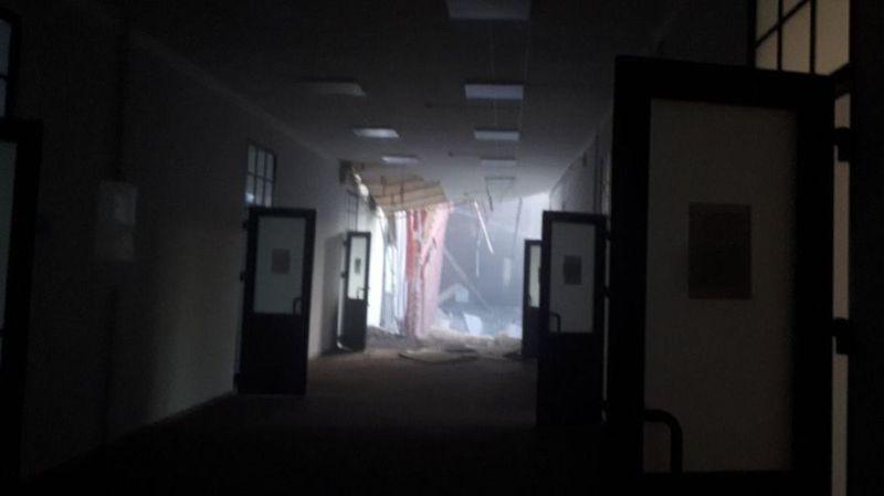 Sur les réseaux sociaux, des photos montrent des couloirs éventrés.