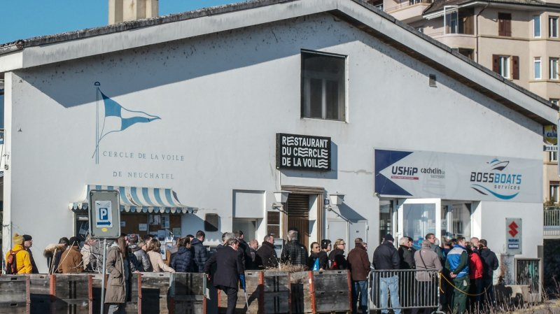 Dès 9h ce lundi, une longue queue s'est formée devant le magasin en liquidation Boss Boats.