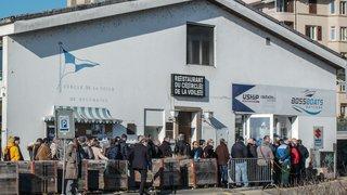 File de près de 150 personnes pour profiter de la liquidation de Boss Boats, à Neuchâtel