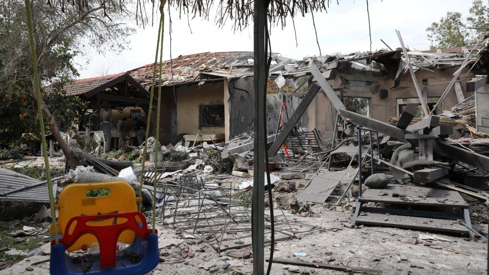 Lancée de Rafah, dans le sud de la bande de Gaza, la roquette s'est écrasée sur une communauté agricole  du nord de Tel-Aviv, détruisant une ferme et blessant six personnes.