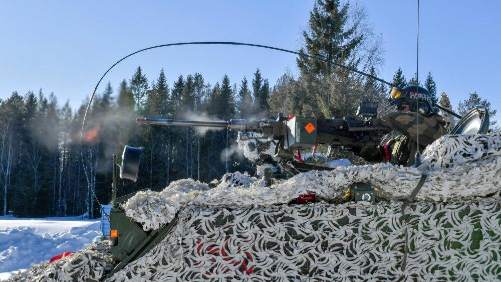 Un véhicule blindé participant aux manœuvres militaires Northern Wind, à la frontière entre la Suède et la Finlande.