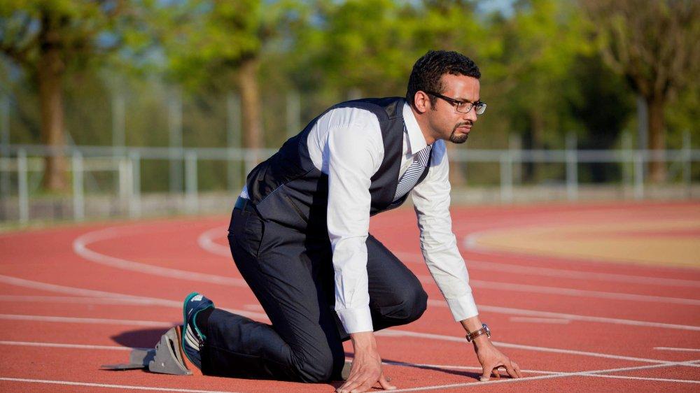 Athlète bien connu à Emmen, Brahim Aakti s'était mis en scène sur le tartan pour la campagne à la mairie de sa ville, en automne dernier.