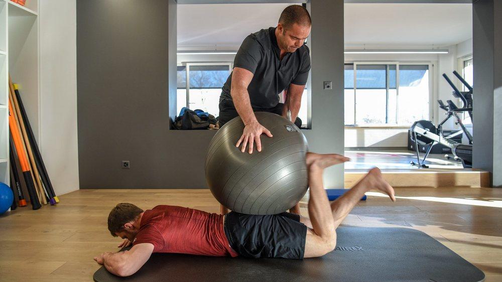 Travaillant avec un athlète à la fois, le préparateur physique Florian Lorimier (ici avec le skieur Justin Murisier) peut poursuivre ses activités.