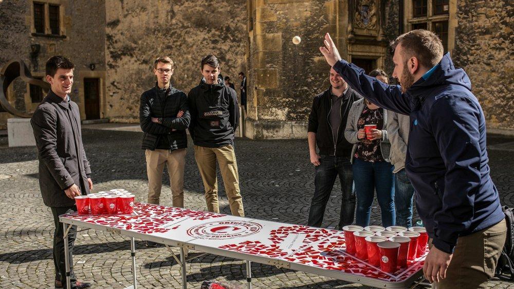 Les Jeunes libéraux-radicaux ont joué au beer pong dans la cour du Château.