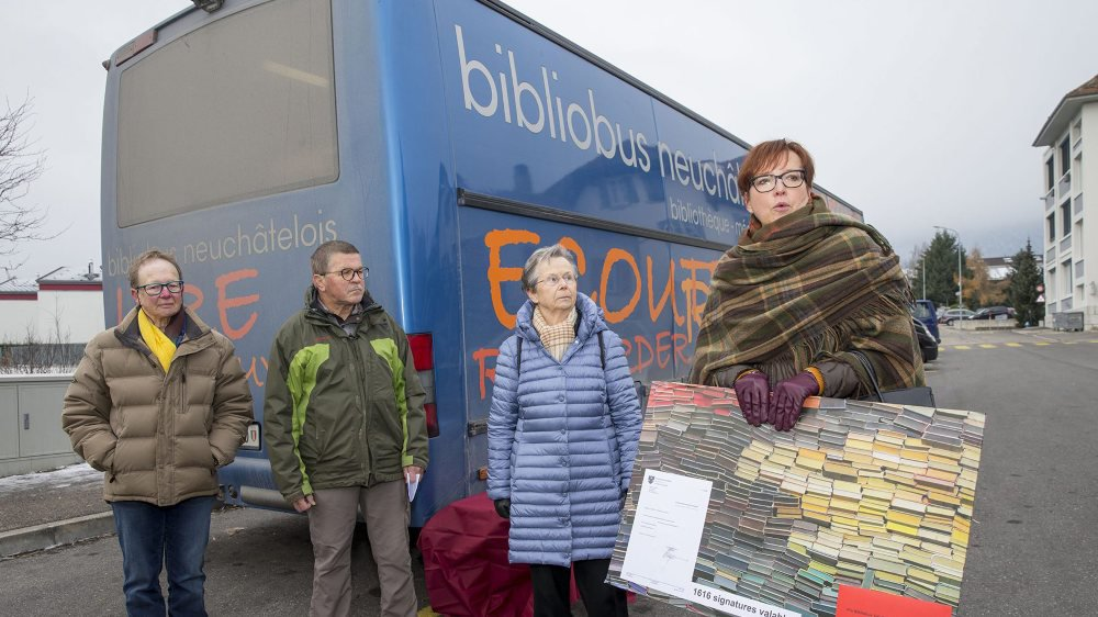 En décembre 2018, Marie-Louise Rosselet, Jean-Michel Bühler et Berthe-Hélène Balmer (de g. à dr.) ont remis plus de 1600 signatures pour le maintien du Bibliobus à Val-de-Ruz à la conseillère communale Anne-Christine Pellissier.