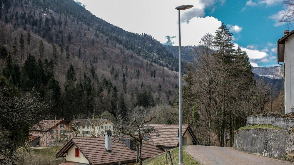 Des habitants de Champ-du-Moulin, dans la réserve du Creux-du-Van, s'opposent à l'extinction de l'éclairage public à partir de minuit.