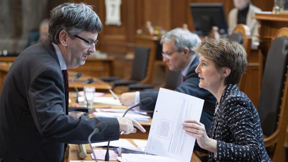 """La conseillère fédéral Simonetta Sommaruga (en compagnie du directeur de l'Office fédéral des transports Peter Fueglistaler) évoque un """"beau projet"""" à propos de l'aménagement des infrastructures ferroviaires."""