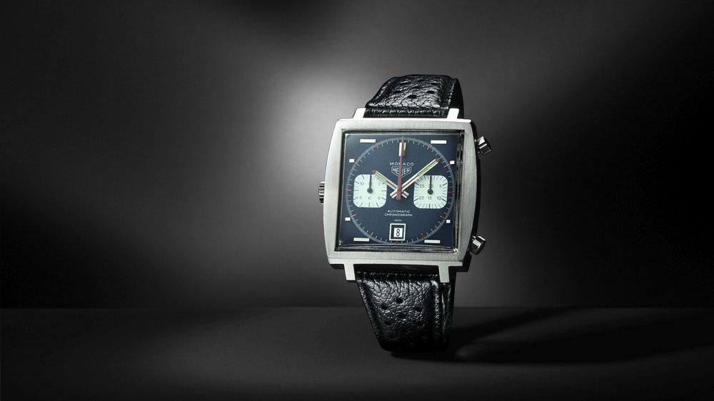 En 1969, Heuer dévoile la Monaco. Ce modèle aligne deux premières: un mouvement chronographe automatique et une boîte carrée étanche.