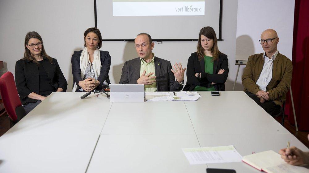 Le président des Vert'libéraux neuchâtelois Mauro Moruzzi (au centre) entouré de candidats pour les élections fédérales;  de gauche à droite, Sarah Pearson Perret, Jennifer Hirter, Mireille Tissot-Daguette et Pierre-Yves Jeannin.