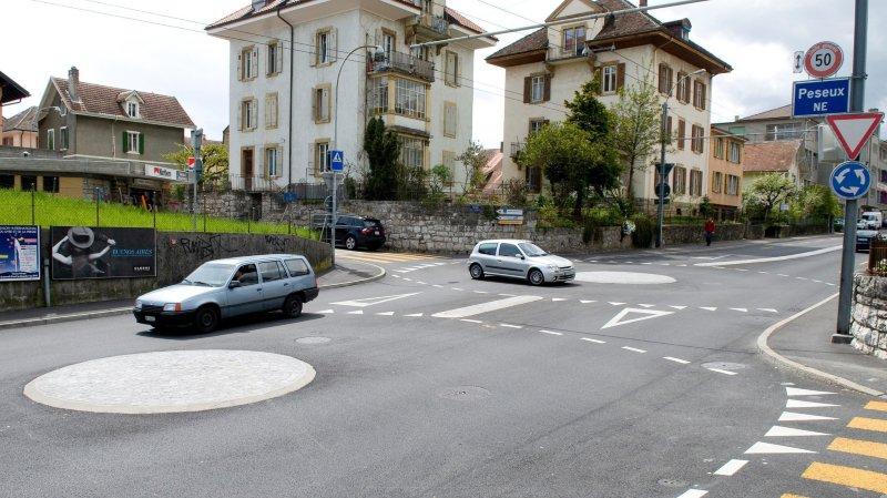 Peseux: motard percuté par une voiture dans le giratoire des Carrels