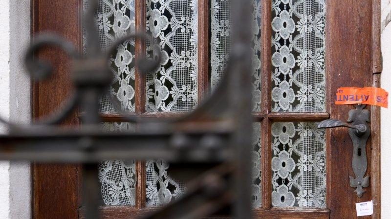 Le discret scellé sur la porte de la maison où s'était déroulé le drame des Verrières, en août 2017.