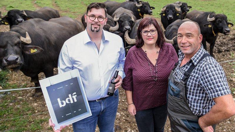 Aline Franel, entourée du brasseur Sébastien Stadelmann et du producteur de mozzarella au lait de bufflone Georges-Eric Stähli.