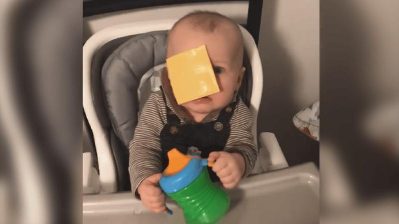 Jeter une tranche de fromage sur son bébé: le Cheese Challenge, ce nouveau défi qui divise les internautes