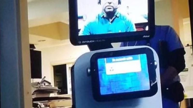 Le robot portant l'écran à travers lequel s'exprimait un médecin est entré dans leur chambre pour lui apprendre la nouvelle.