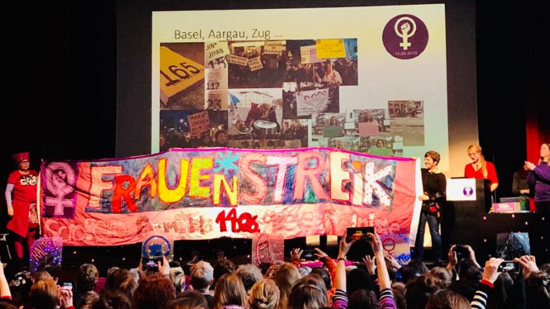 Habillées de violet, les femmes des différents collectifs de Suisse ont montré leur détermination à la Maison du Peuple de Bienne.