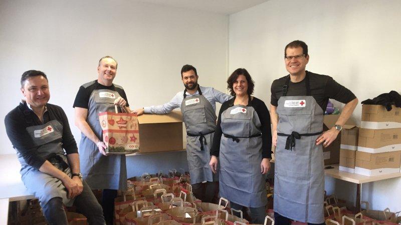 Des bénévoles ont donné de leur temps pour trier le contenu des paquets et préparer la distribution.