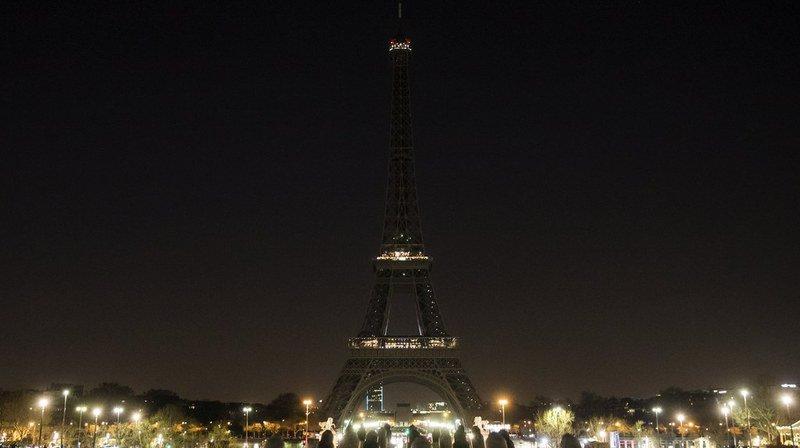 D'innombrables monuments, comme la tour Eiffel ici, éteindront leurs feux samedi pour la planète.