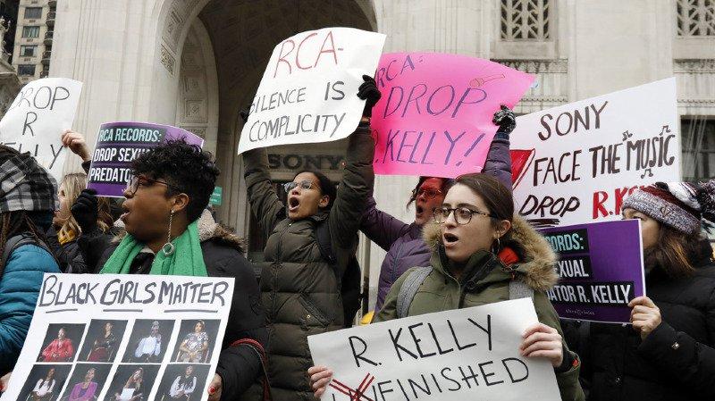 Une manifestation a eu lieu en janvier devant les bureaux de Sony Music, à New York. Depuis, la maison de disques a mis fin au contrat qui la liait à R. Kelly.