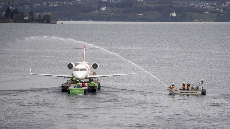 Lucerne: un avion ambulance de laRegaarrive au Musée des transports par ferry