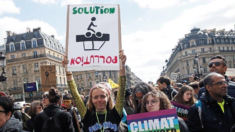 """France: des milliers de manifestants défilent pour la """"Marche du Siècle"""""""
