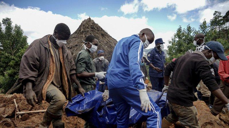 Les secouristes continuent d'extraire des cadavres des décombres et des coulées de boue.