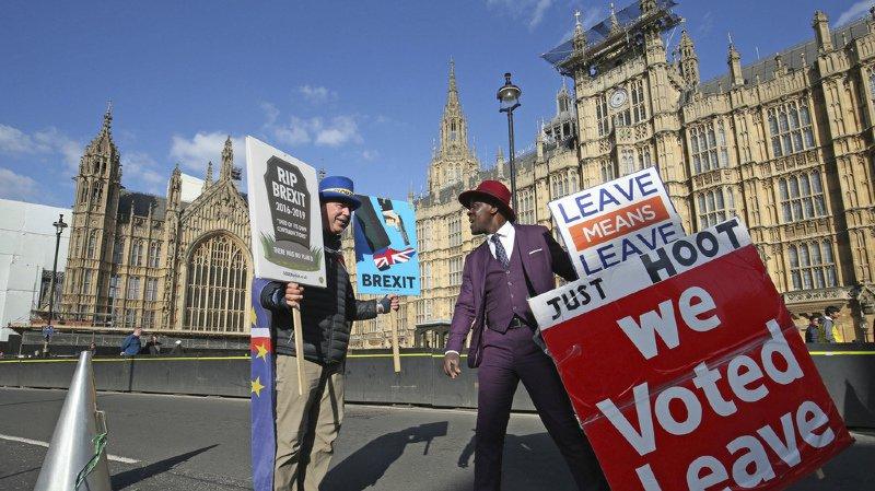 A l'image de la rue, le Parlement (en arrière-plan) est toujours aussi divisé sur le Brexit.