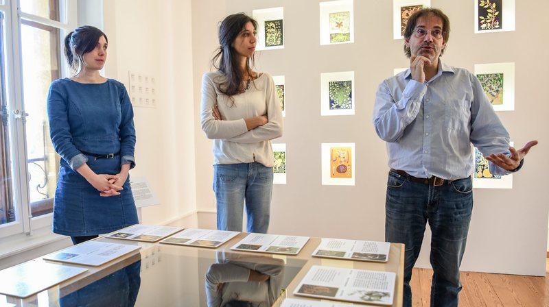 Elodie Gaille, Leïla Baracchini et Blaise Mulhauser (de g. à dr.) dans l'une des quatre salles de l'exposition.