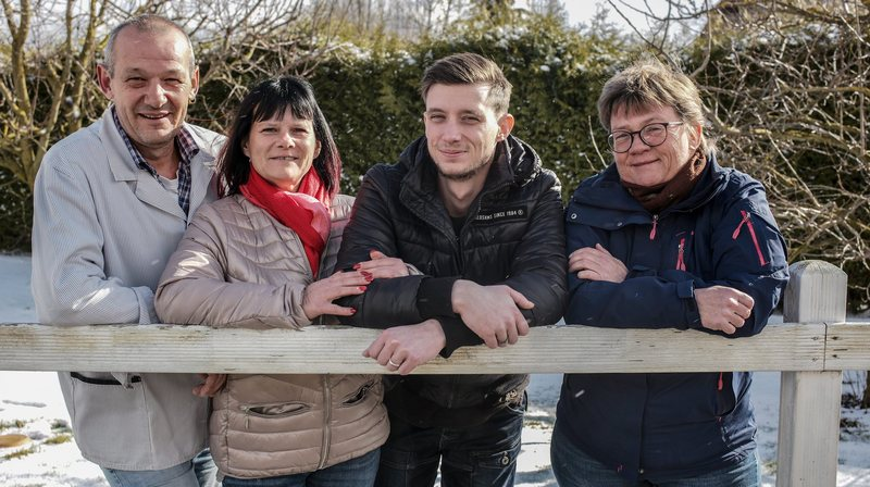 Vincent, Jacqueline et Kévin Fleury reprennent la métairie de l'Isle, (avec Sandy la cadette de la famille, absente de la photo). Ils succèdent à l'actuelle gardienne, Sandra Vuilleumier, à droite.
