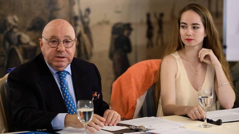 Claude Frey, membre d'honneur de la société neuchâteloise de tir sportif et Felicia Ernst, jeune tireuse, en campagne contre l'adaptation de la législation sur les armes aux directives européennes.