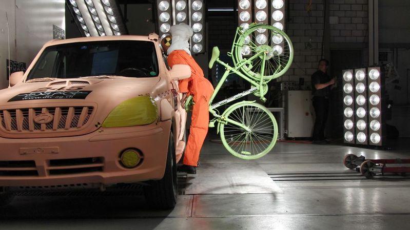 Le Dynamic Test Center de Vauffelin a testé l'airbag pour cycliste.