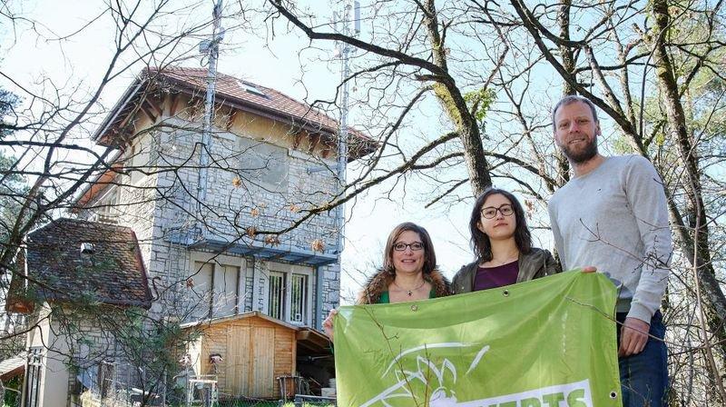 Les élus Verts Caroline Liard, Cloé Dutoit et Fabien Fivaz (de g. à dr.) devant des antennes de téléphonie mobile à Neuchâtel.