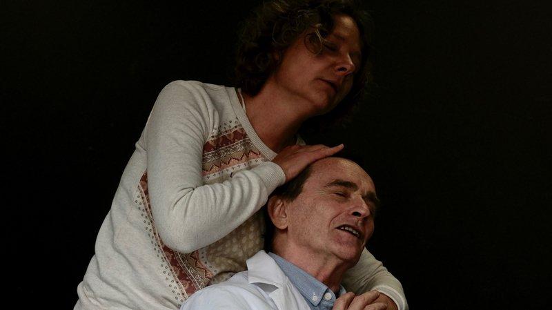 La pièce amène le spectateur à porter un regard sur les parents de Dora et leurs névroses.