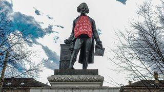 Neuchâtel: un tablier pour la statue de Pury