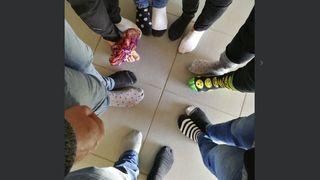 Trisomie 21: des chaussettes dépareillées, marque de soutien à la différence