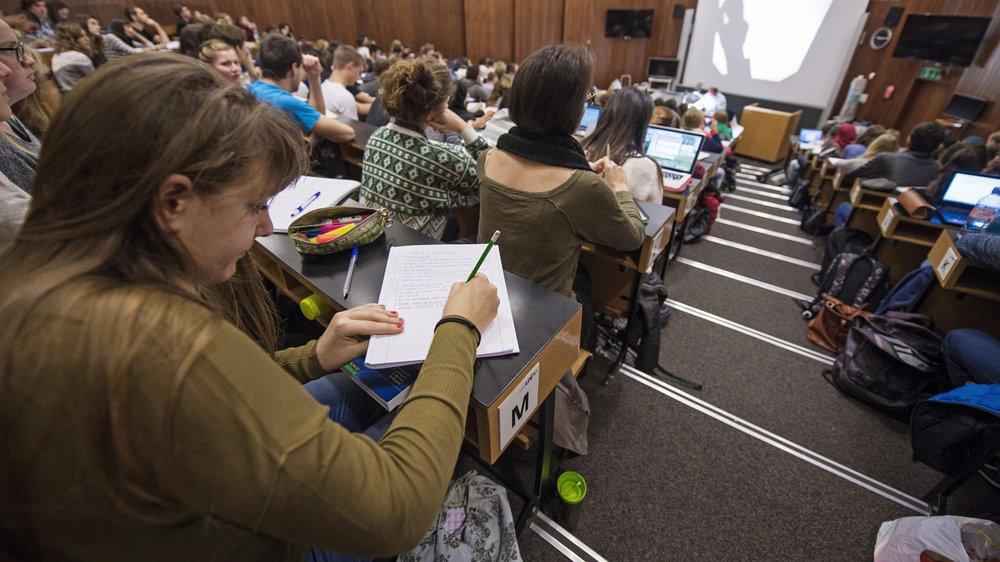 Des étudiants lors d'un cours de chimie.