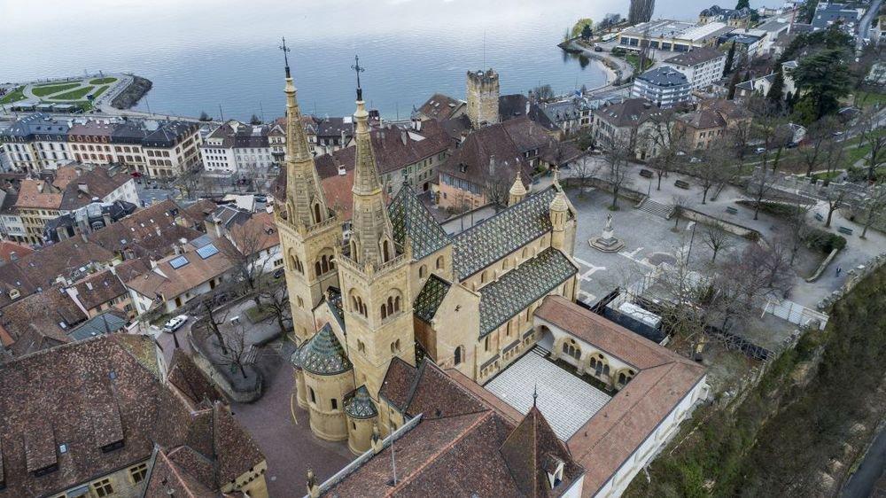 En travaux à l'intérieur, la Collégiale de Neuchâtel est sous surveillance.