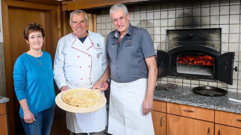 Nicole et Maurice Perrin, patrons du restaurant des Poneys, entourent Roger Knecht, ancien boulanger à Neuchâtel.
