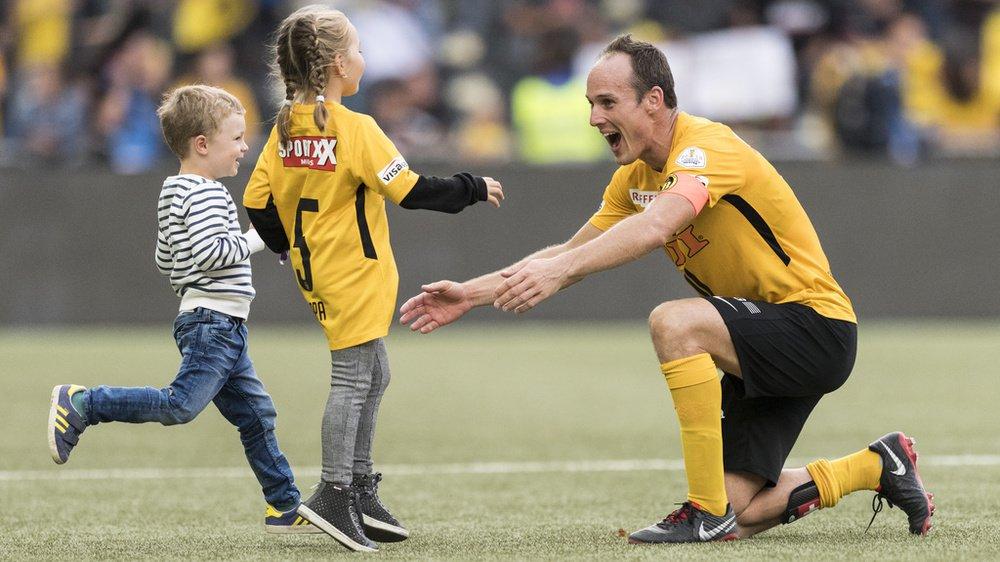 Steve von Bergen accueille ses enfants sur la pelouse du Stade de Suisse en septembre 2018.