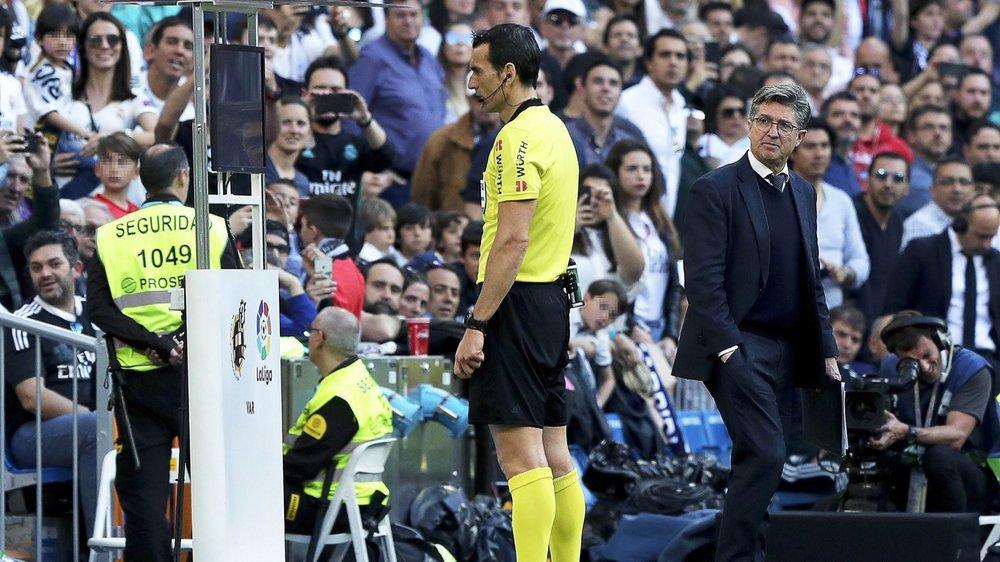 Un arbitre (ici l'Espagnol Juan Martinez Munuera) qui visionne des images au bord du terrain. Une scène que l'on verra dès la saison prochaine dans les stades de Super League également. (photo Keystone)