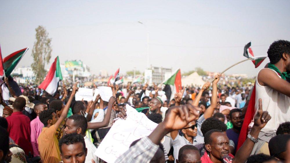 L'immense incertitude qui s'ouvre devant le Soudan n'a pas empêché le peuple vainqueur de vite célébrer son triomphe.