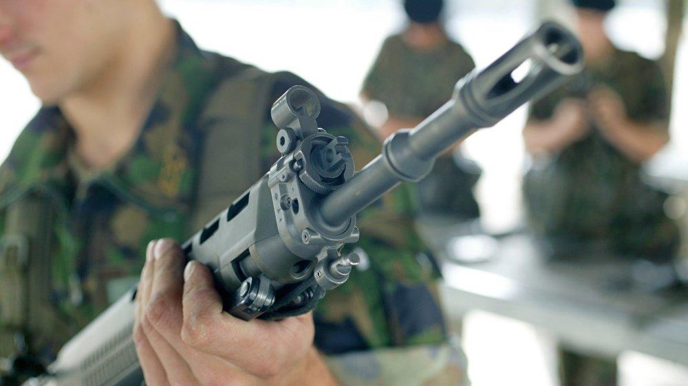 Les armes d'ordonnance suisses devaient passer entre les gouttes à Luxembourg.